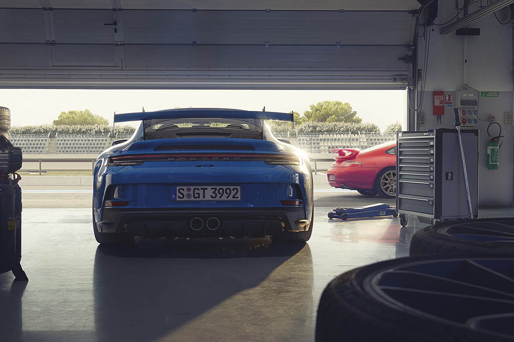 huge wing on new 911 gt3